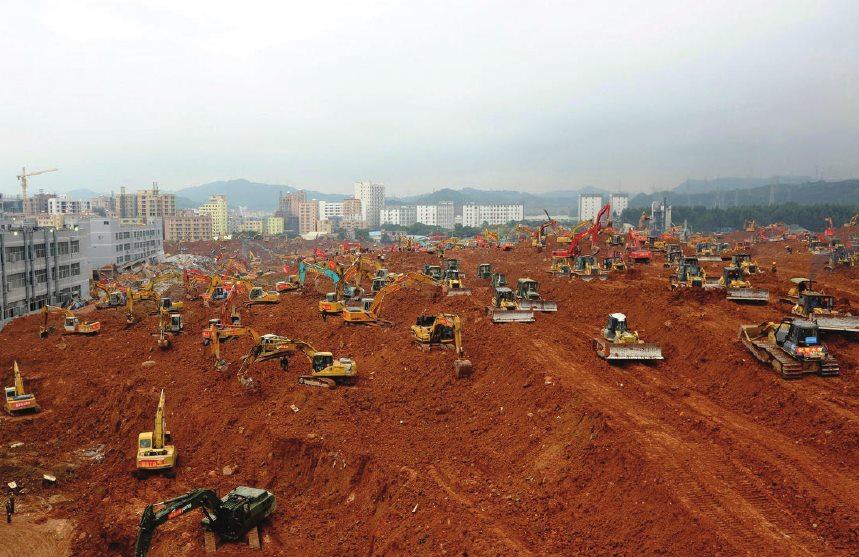 Машины раскапывают завалы в Шэньчжэне
